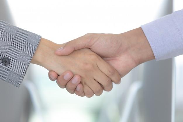 Empresario manos agitar acuerdo.