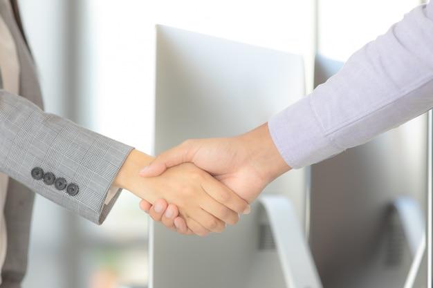 Empresario manos estrechan acuerdo.