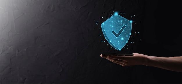 Empresario mantenga escudo de polígono de baja poli con un icono de marca. concepto de sistema de acceso seguro. garantía financiera empresarial para inversión. concepto de antivirus. seguridad de tecnología. red de protección, datos seguros.