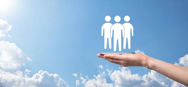 Empresario mantenga el icono de trabajo en equipo. construyendo un equipo fuerte. icono de personas. concepto de gestión y recursos humanos. redes sociales, concepto de centro de evaluación, auditoría personal o concepto de crm.