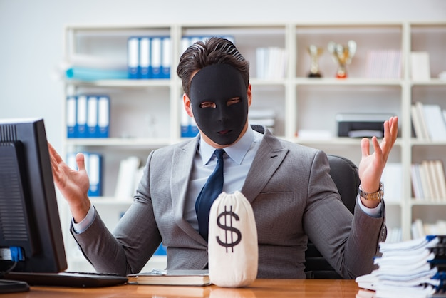Empresario con máscara en concepto de hipocresía de oficina