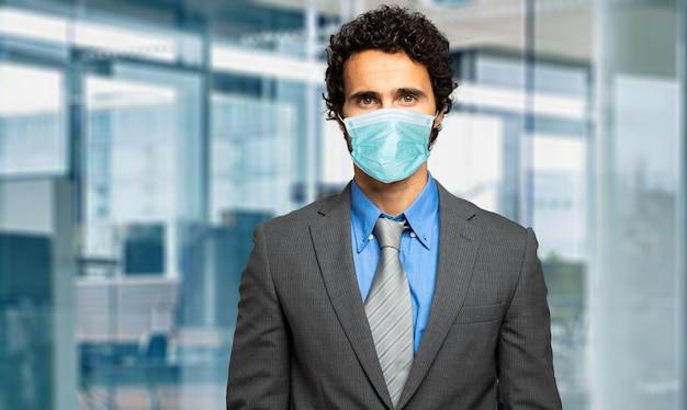 Empresario con una máscara