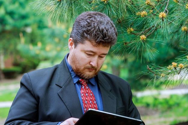 Un empresario de mediana edad con touchpad
