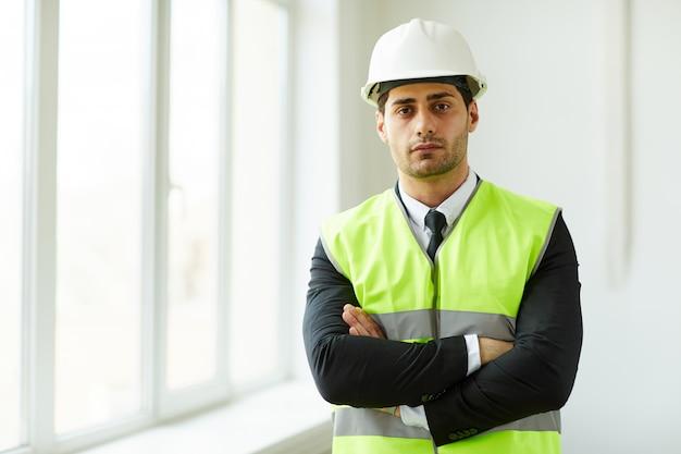 Empresario del medio oriente en el sitio de construcción