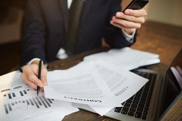 Empresario moderno analizando papeleo financiero