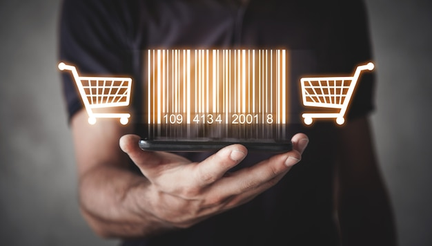 Empresario mostrando código de barras con carrito de compras