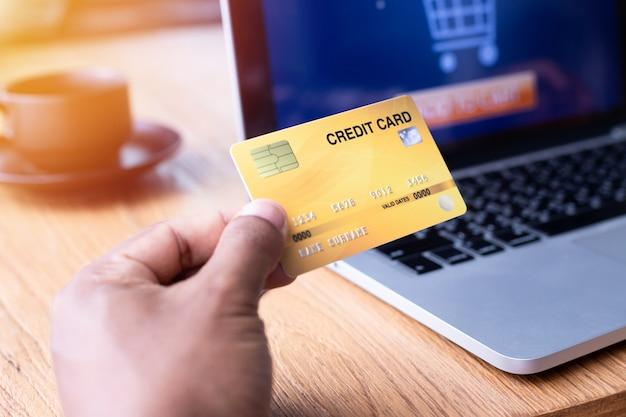Empresario mostrando mock up tarjeta de crédito.