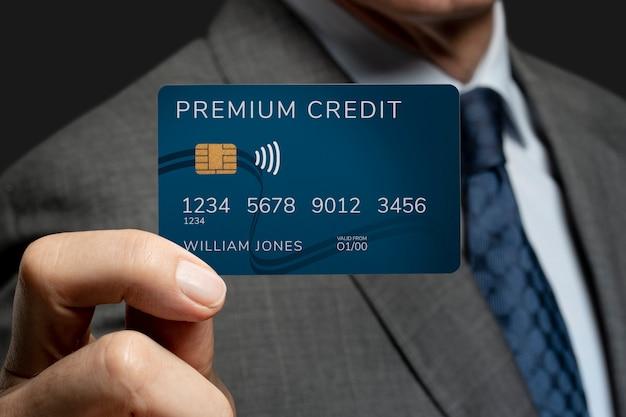 Empresario mostrando una tarjeta de crédito
