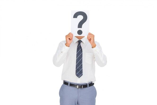 Empresario mostrando un papel con un signo de interrogación