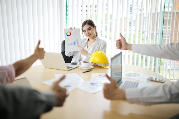 Empresario y mujer inteligente grupo de personas presentes explicando a colegas últimos datos financieros de ganancias