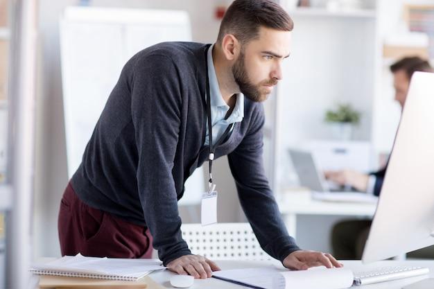 Empresario nervioso usando la computadora