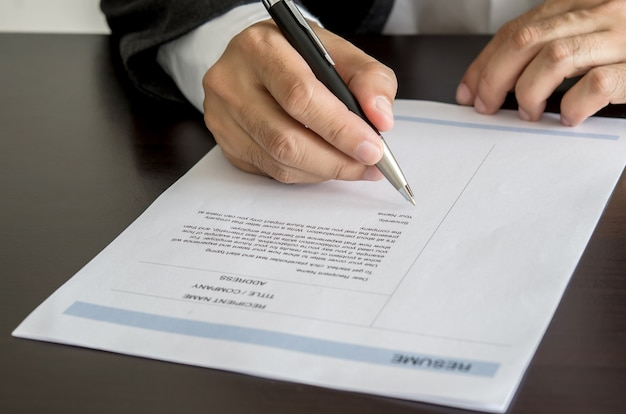 Empresario o demandante de empleo firmando en forma de curriculum vitae.