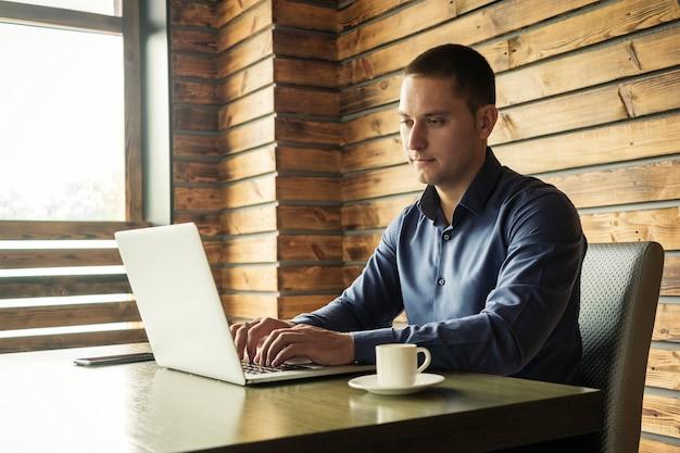 Empresario o empresario satisfecho con una sesión de trabajo