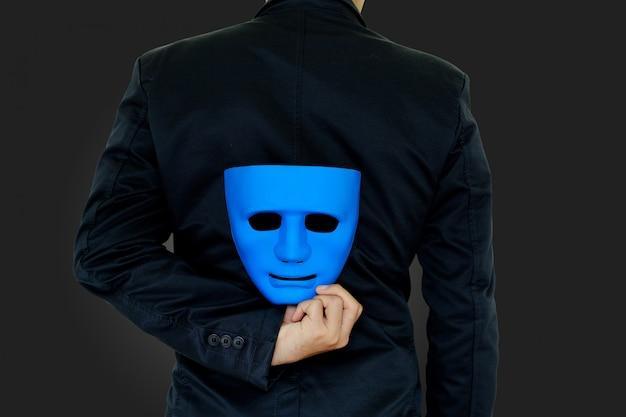 Empresario ocultar la máscara.