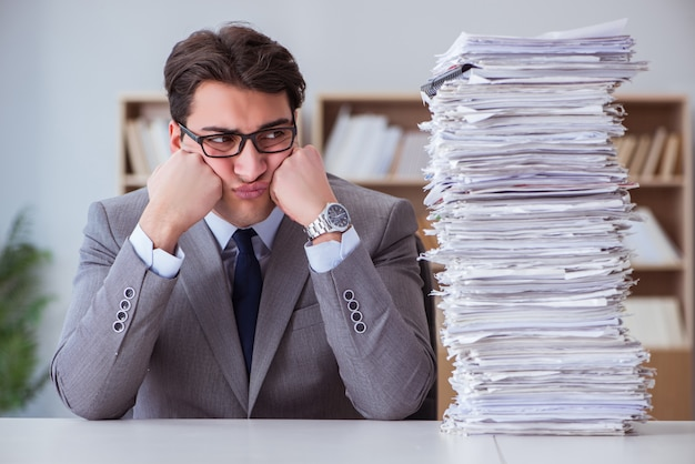 Empresario ocupado con papeleo en la oficina