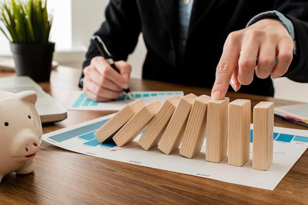 Empresario en la oficina con bloques de madera