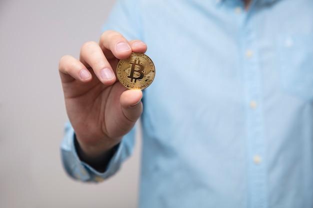 Empresario ofrece bitcoin en la mano