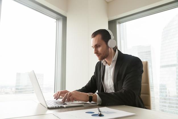 Empresario participa en conferencia online.