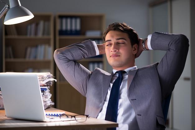Empresario permaneciendo en la oficina por largas horas.