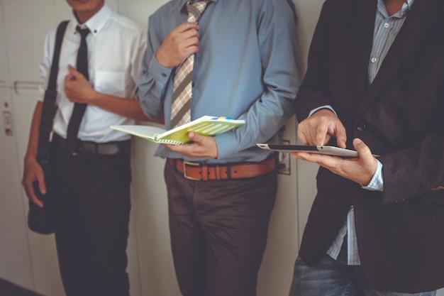 Empresario de pie hablando. gente de negocios usando una tableta digital.