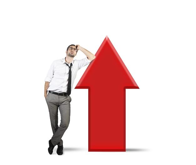 El empresario piensa cómo mejorar rápidamente los beneficios de la empresa