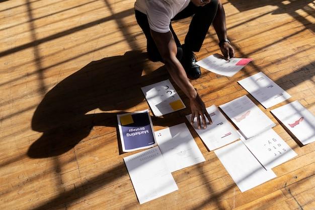 Empresario planeando una estrategia de marketing