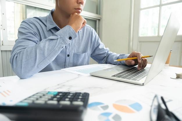 Empresario planificando y analizando datos de marketing de inversión.