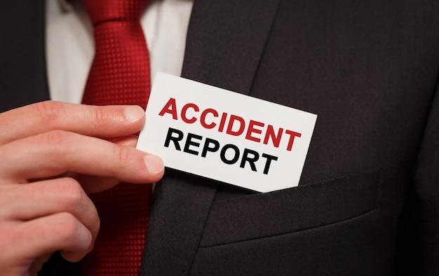 Empresario poniendo una tarjeta con informe de accidente de texto en el bolsillo