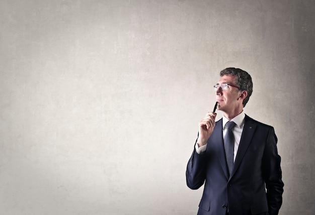 Empresario preguntándose y pensando