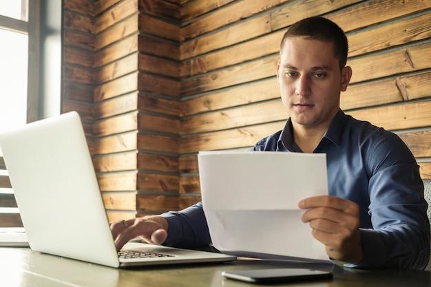 Empresario preocupado leyendo un documento en papel