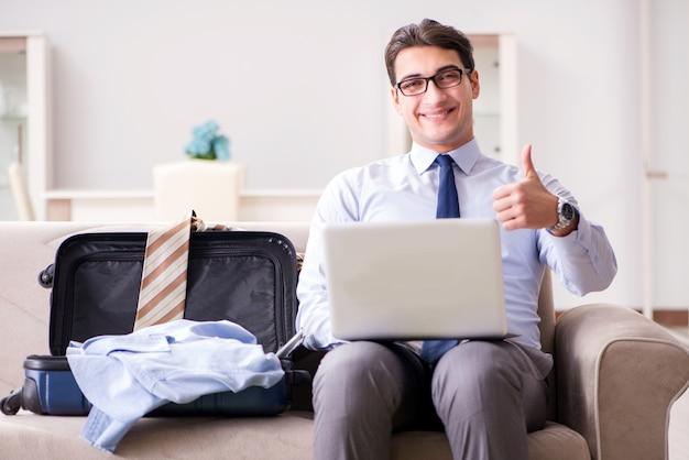 Empresario preparándose para el viaje de negocios