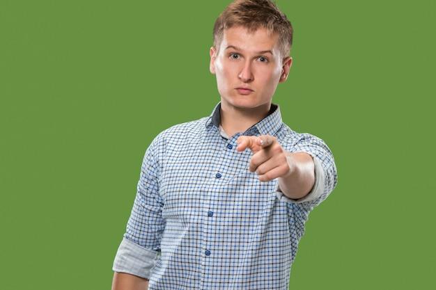 Empresario prepotente señalarle y desearte, retrato de primer plano de longitud media en verde