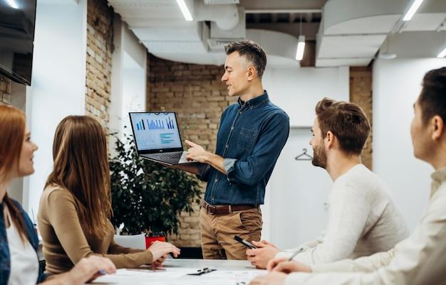 Empresario presentando un proyecto en una reunión