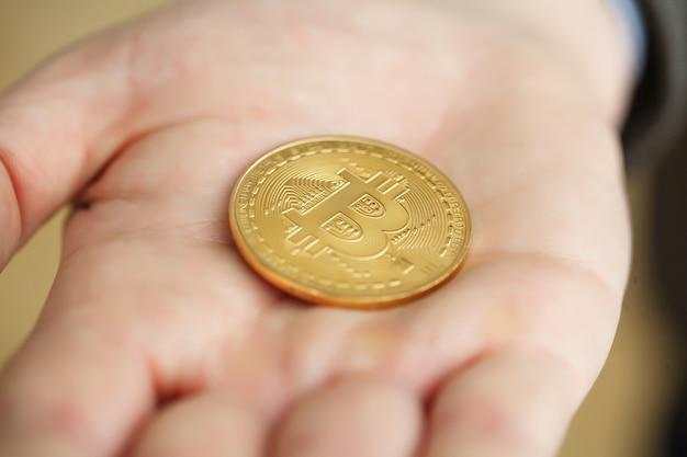Empresario presentar un bitcoin