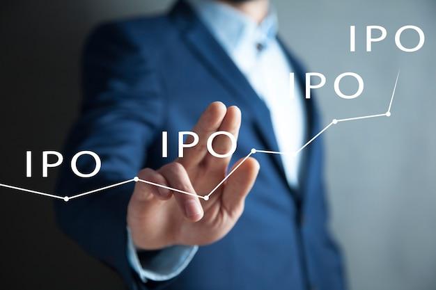 El empresario presiona el botón iipo red de oferta pública inicial en el gráfico