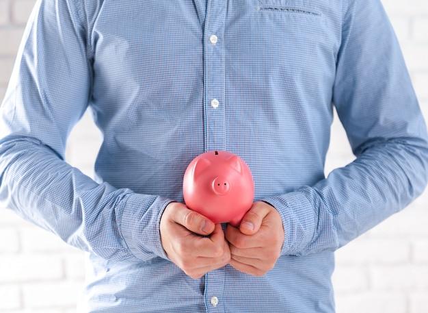Empresario protegiendo sus ahorros