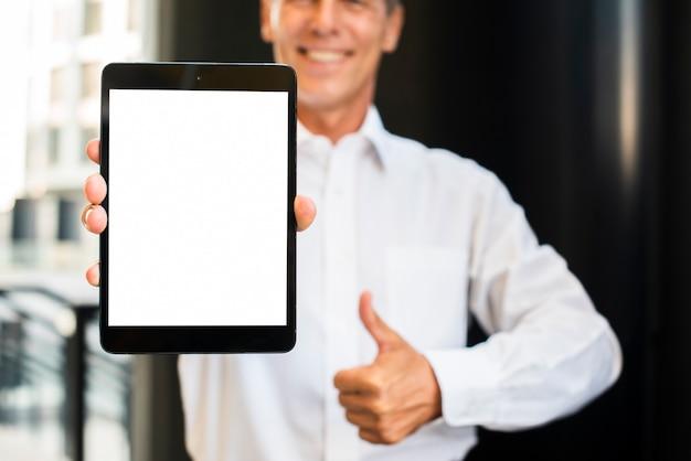 Empresario pulgares arriba sosteniendo tableta maqueta