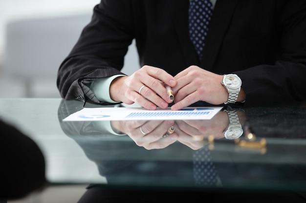 Empresario que trabaja con documentos financieros.