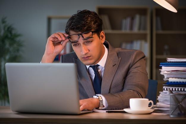 Empresario quedarse en la oficina por largas horas.