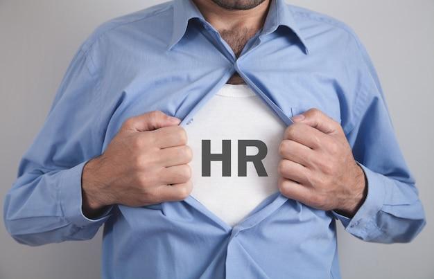 Empresario rasgando su camisa con recursos humanos de palabra hr