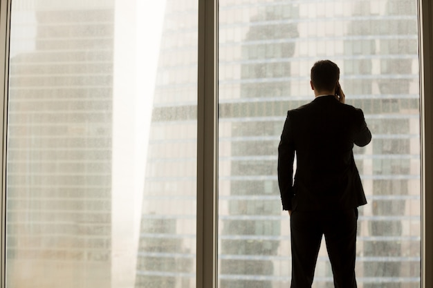 Empresario responder llamada confidencial en la oficina