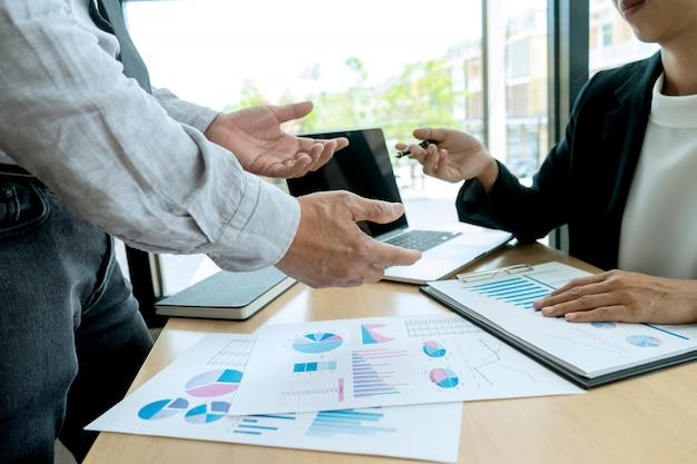 Empresario en reunión analizando gráfico