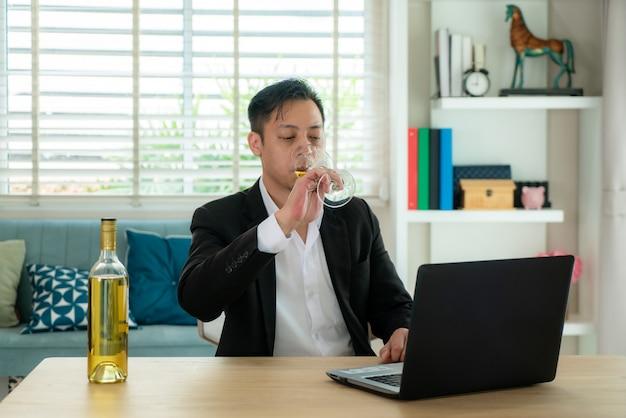 Empresario con una reunión de video llamada