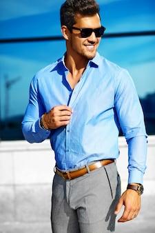 Empresario en ropa formal y gafas de sol