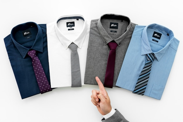 Empresario seleccionando camiseta para vestir