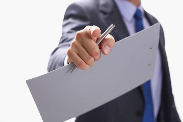 Empresario señala con el dedo a alguien que