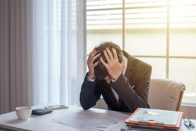 Empresario sentirse enfermo y cansado. hombre de negocios que se siente estresado fuera del trabajo