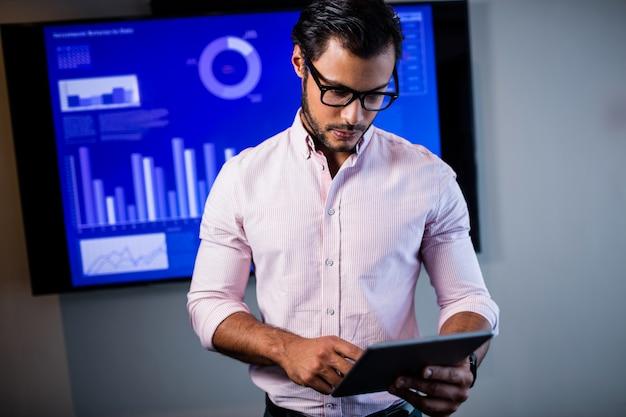 Empresario serio con tablet pc