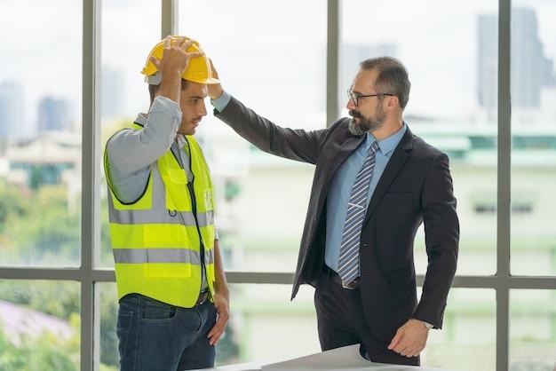 Empresario con sombrero de casco de seguridad duro para proyecto de seguridad del trabajador como ingeniero o trabajador