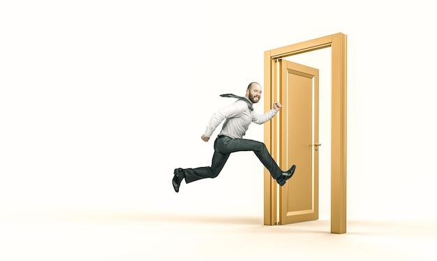 El empresario sonriente corre y entra en una puerta de oro.